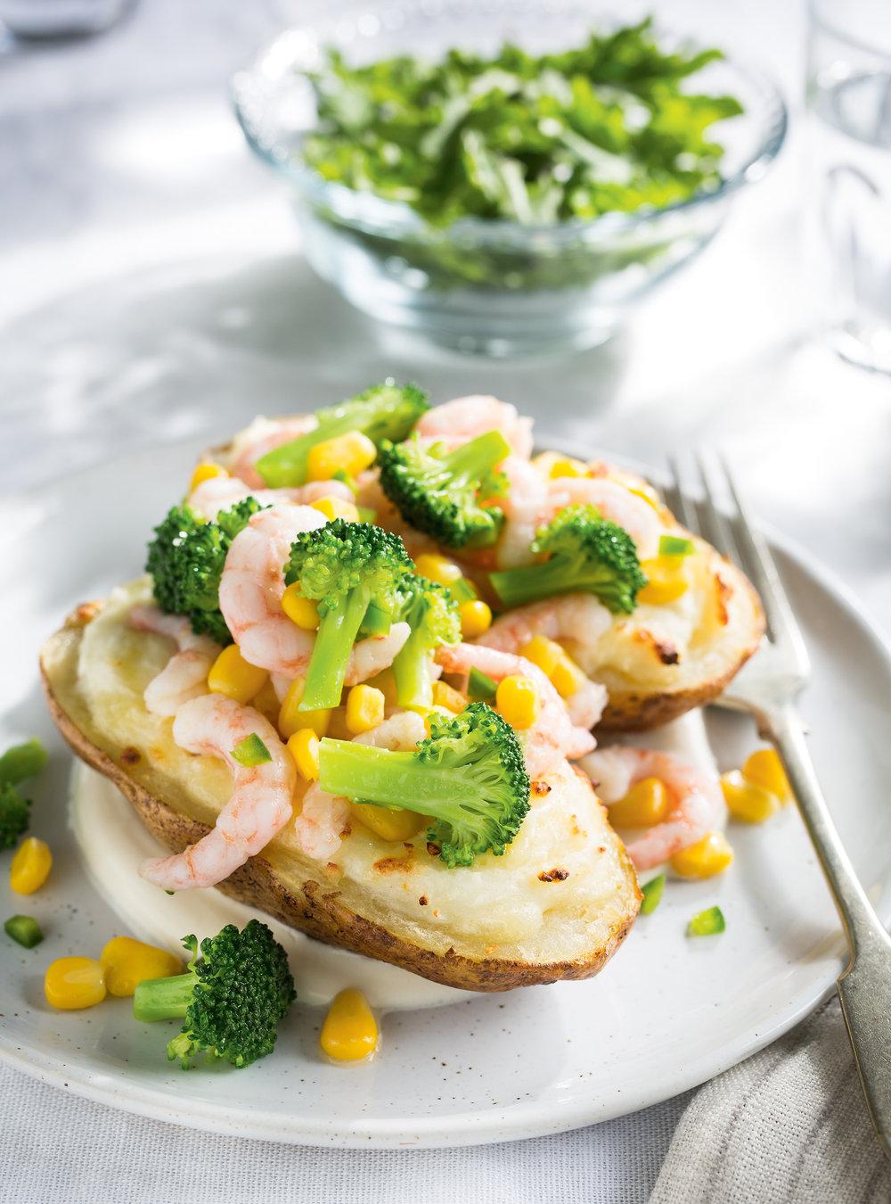 Pommes de terre farcies au brocoli, au maïs et aux crevettes ...