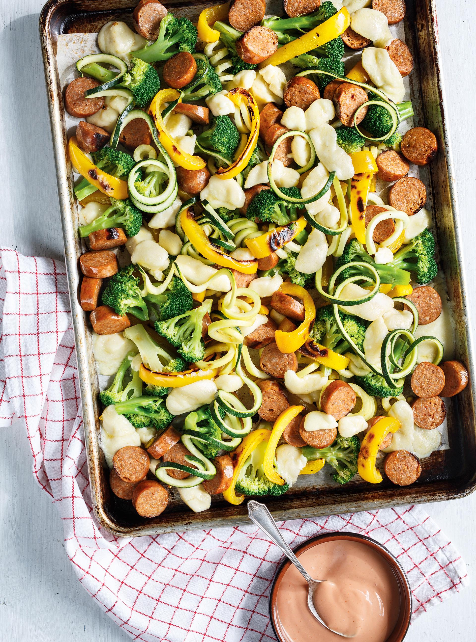 Plaque de saucisses, légumes et fromage en grains | ricardo