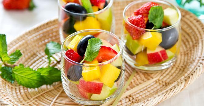 Recette de salade de fruits pomme, fraises et mangue pour repas ...