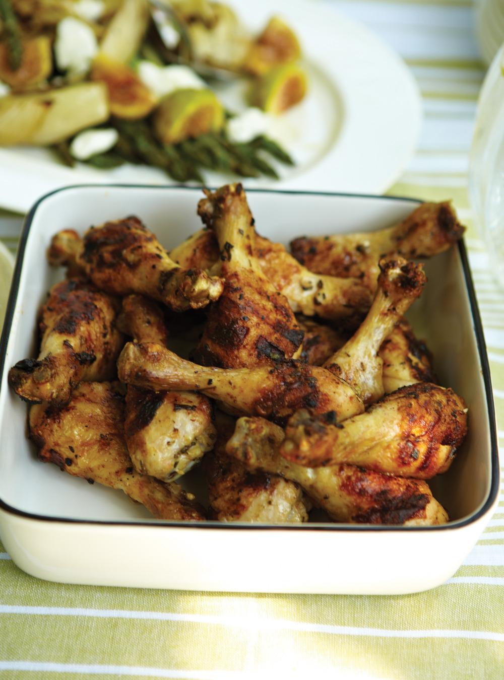 Pilons de poulet à l'ail et aux herbes et salade d'asperges, fenouil, et ...