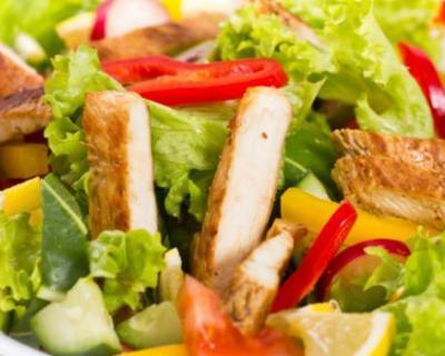 Recette salade au concombre, tomate, jambon et au poulet