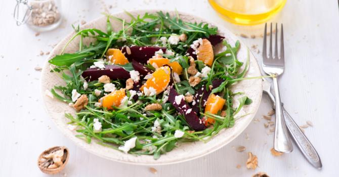 Salade de roquette à la betterave et à l'orange, vinaigrette à la noix