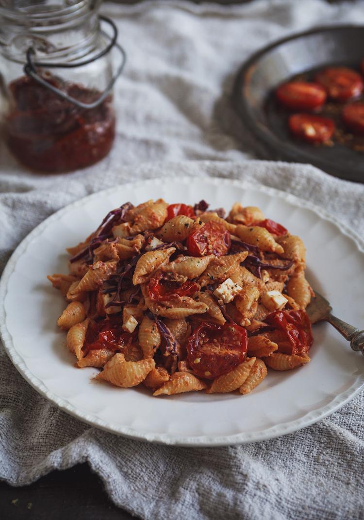 Salade de pâtes, sauce crémeuse aux tomates séchées & chou rouge