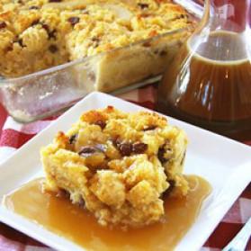 Pouding brioché aux pommes et poires caramélisées, sauce aurhum