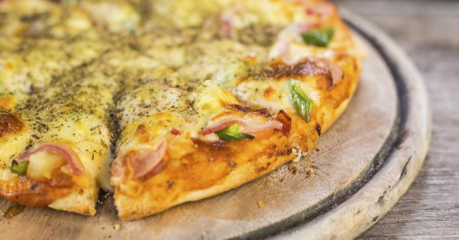 Recette de pizza légère à l'ananas, jambon et mozzarella