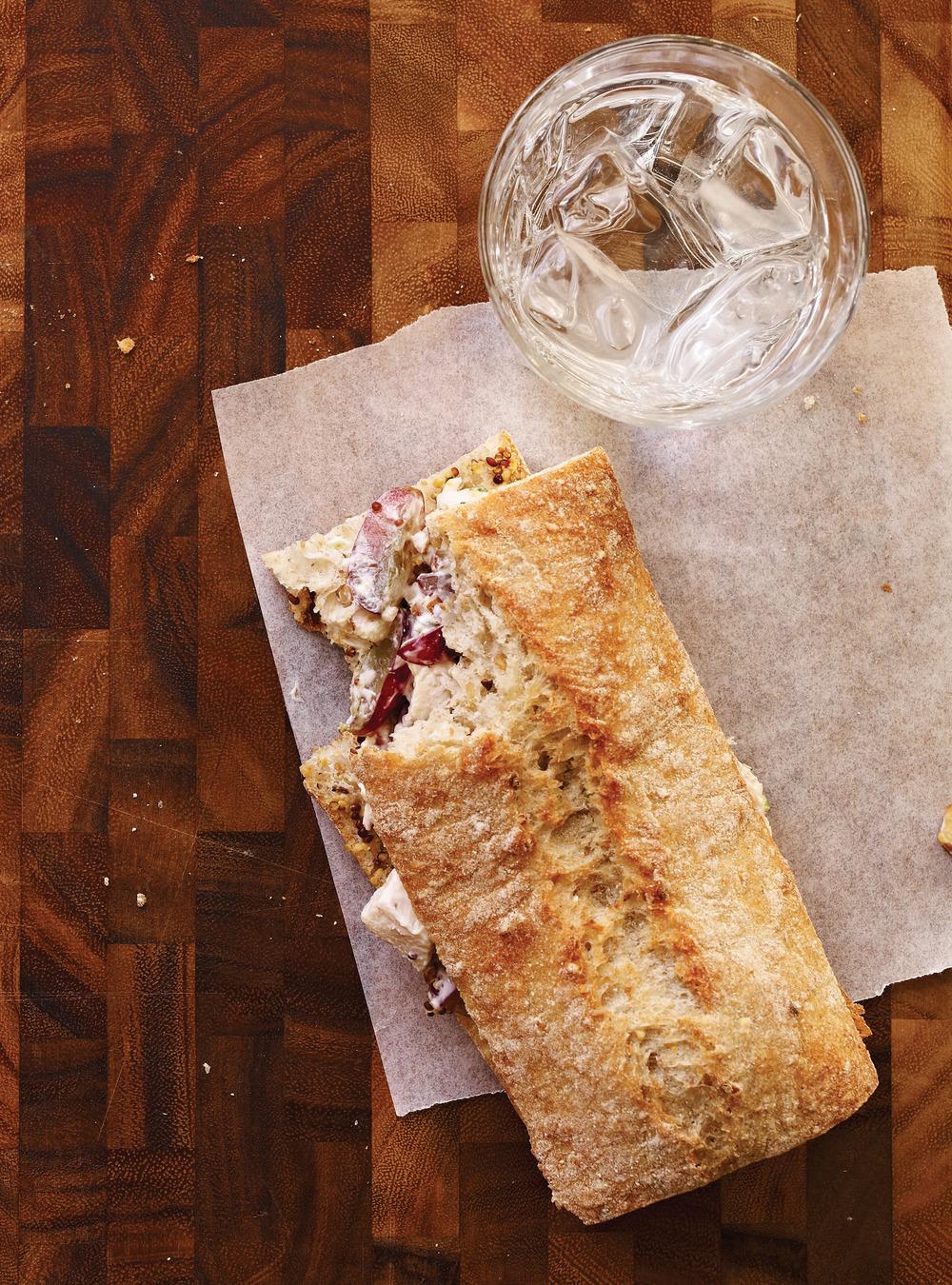 Sandwich au poulet, raisins et noix | ricardo