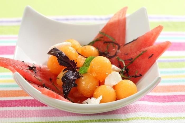 Recette de salade de pastèque et melon au basilic, éclats de ...
