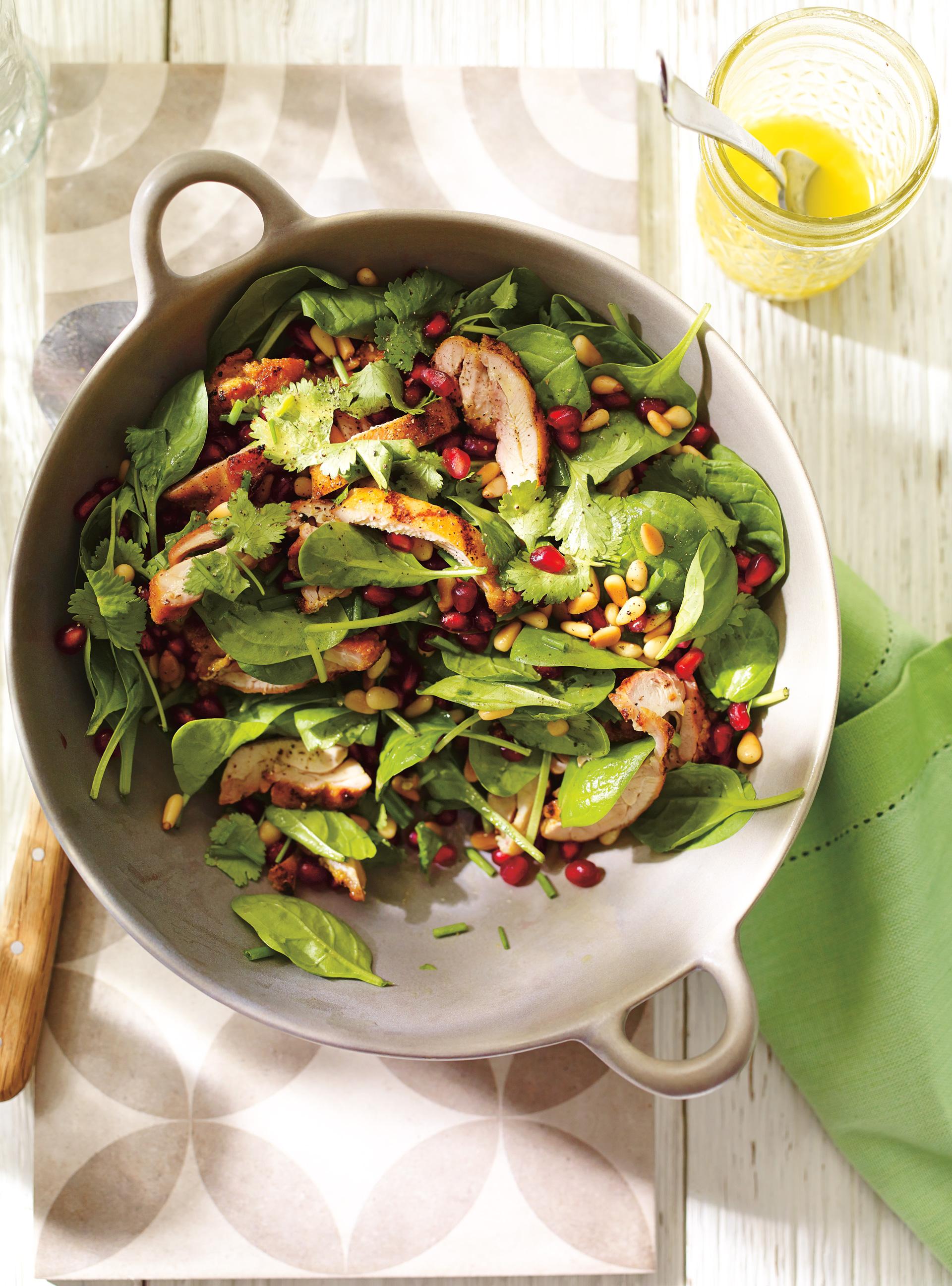 Salade d'épinards et de poulet grillé à la grenade et aux noix de pin ...