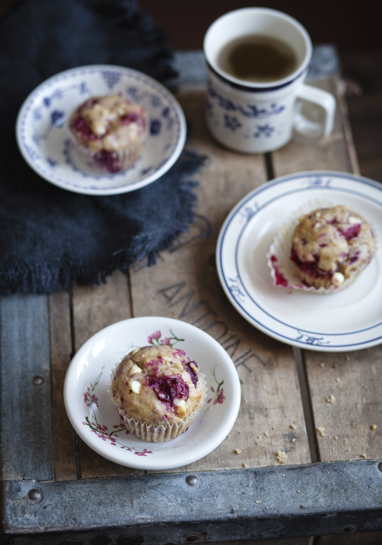 Muffins aux bananes, framboises & chocolat blanc