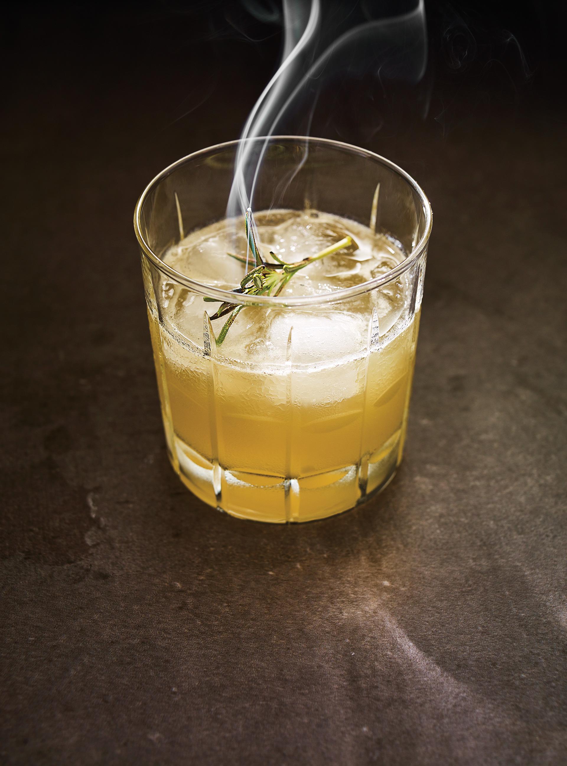 Whisky sour au miel et au romarin brûlé | ricardo