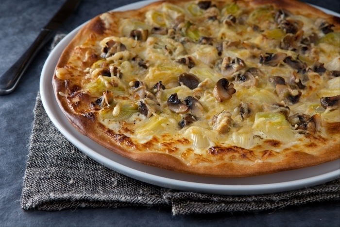 Recette de pizza aux champignons de paris et poireaux facile et ...