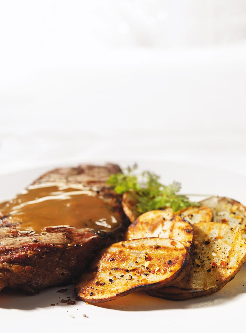 Steaks new york grillés au beurre noisette au vinaigre balsamique ...
