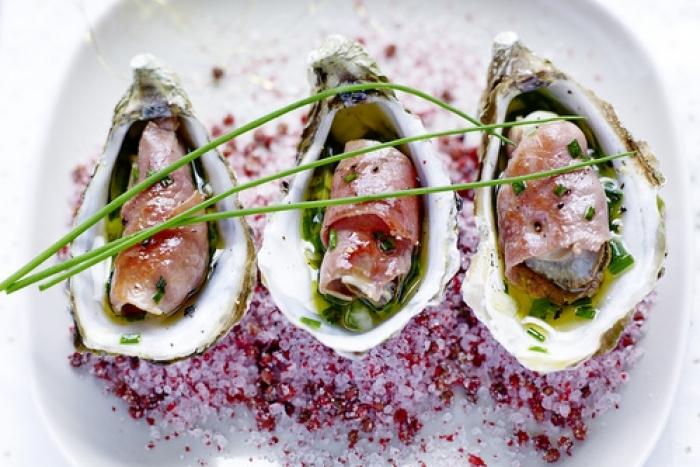 Recette de huîtres snackées au jambon de bayonne, vierge de ...