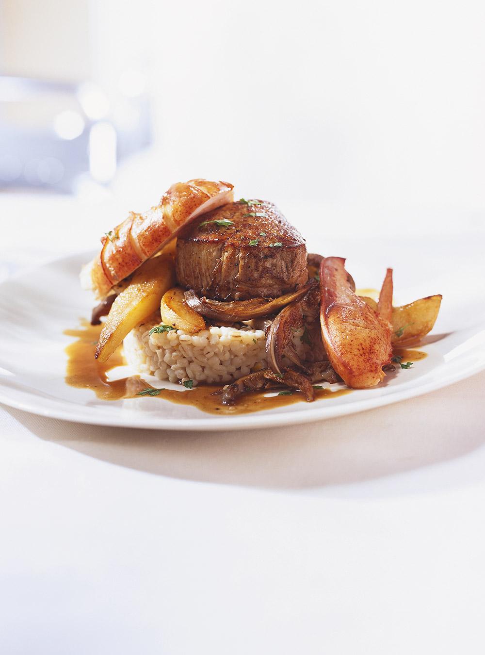 Mignons de veau, homard, sauté de pleurotes et de poires sur pilaf ...