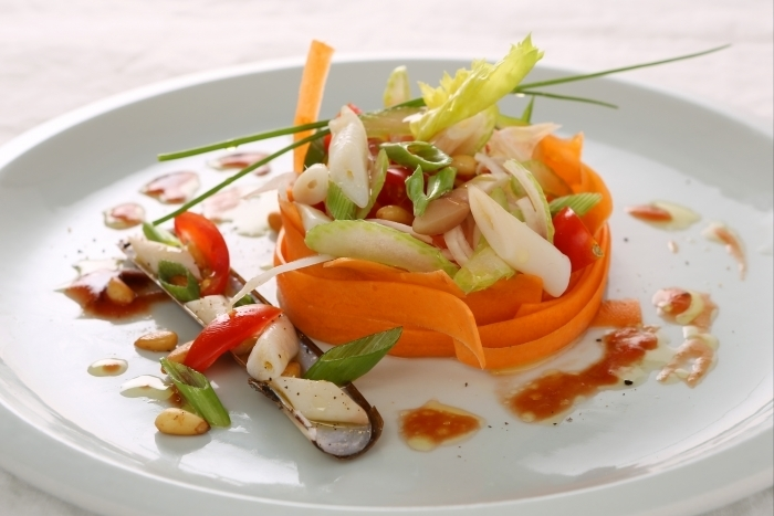 Recette de fricassée de couteaux, vinaigrette de légumes facile et ...