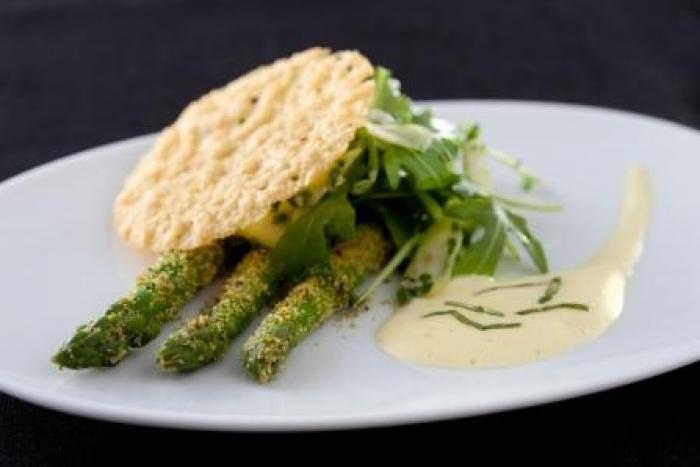 Recette de asperges vertes crues et cuites au sabayon basilic, tuile ...