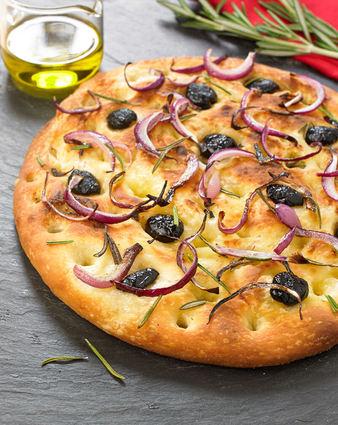 Focaccia aux olives et romarin sur sa pâte à pizza au levain ...