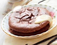Recette gâteau au chocolat fondant sur un lit de crème anglaise