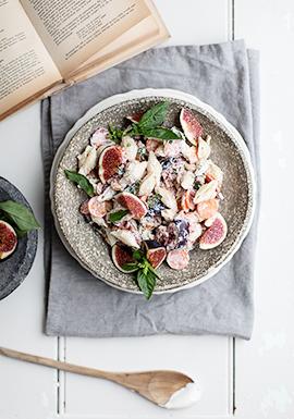 Salade de pâtes, sauce crémeuse aux noix de cajou, figues & basilic
