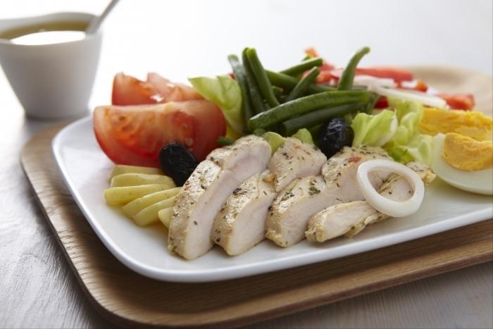 Recette de salade niçoise à la volaille au thym-citron facile et rapide