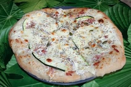 Recette de pizza blanche lardons, courgettes et graines