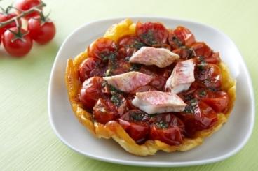 Recette de tatin de tomates cerise au basilic, filet de rouget rôti et ...