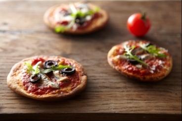 Recette de petites pizzas aux saveurs d'anchois, de roquette et d ...