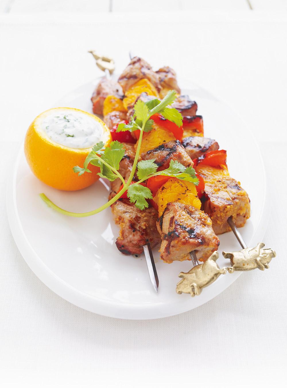 Brochettes de porc et d'orange, sauce au yogourt à la coriandre ...