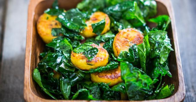 Recette de salade régime de chou kalé à la banane plantain rôtie