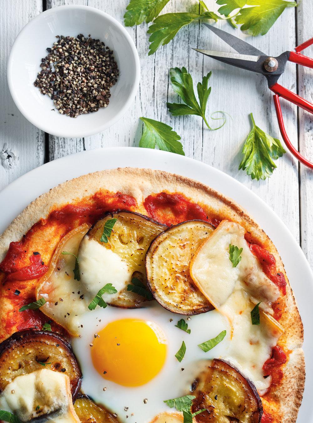 Pita-pizza à l'aubergine et à l'oeuf | ricardo
