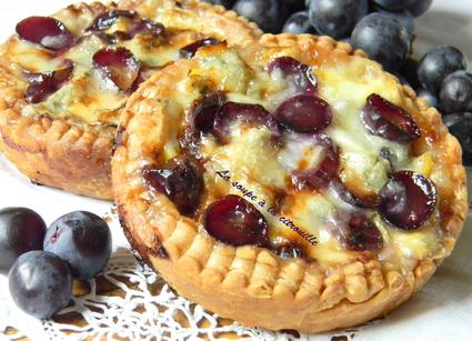 Recette de tartelettes aux poireaux, raisin et gorgonzola