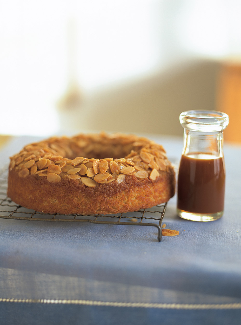 Gâteau renversé aux pommes et sa sauce au caramel | ricardo