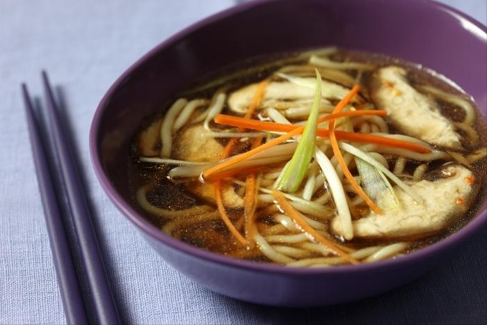 Recette de soupe de pâtes au bouillon de légumes fumés facile et ...
