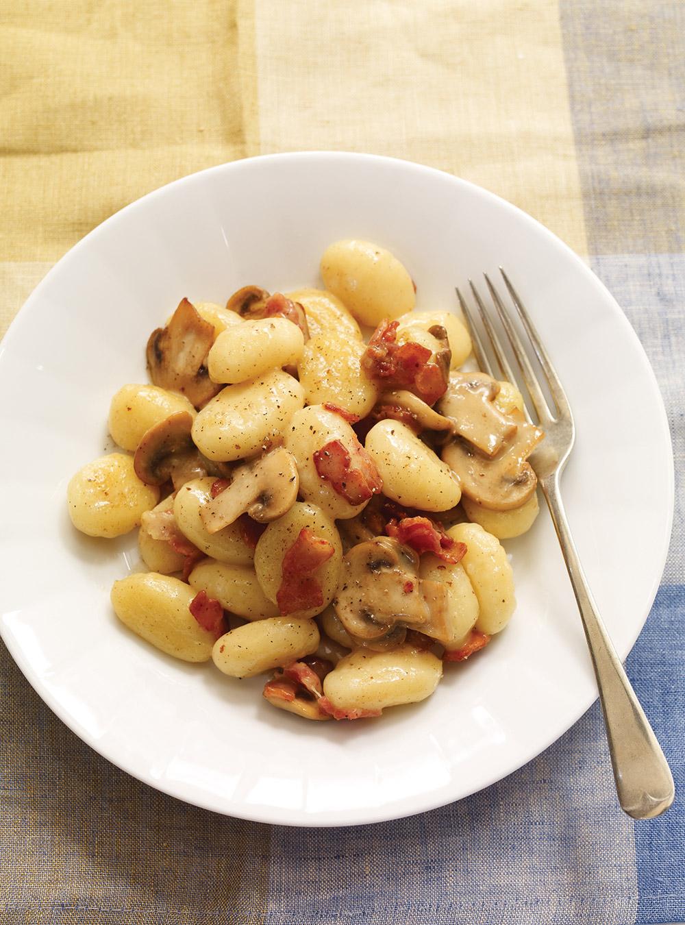 Gnocchis au fromage crémeux, aux champignons et au bacon ...