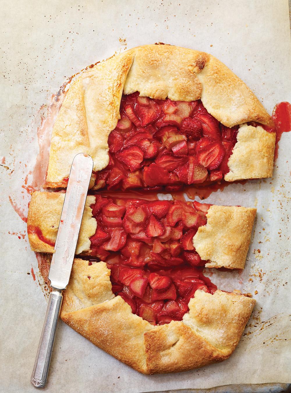 Tarte rustique fraises et rhubarbe | ricardo