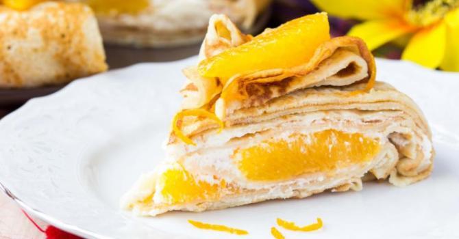 Recette de gâteau de crêpes à l'orange et à la crème fouettée légère