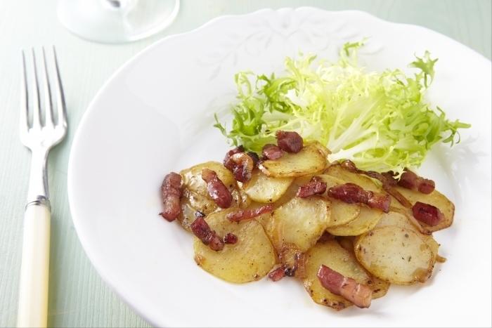 Recette de pommes de terre sautées oignons et lardons facile et ...