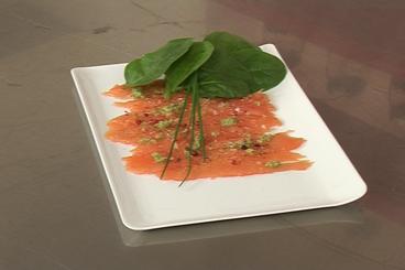 Recette de carpaccio de saumon au citron vert et baies roses facile ...