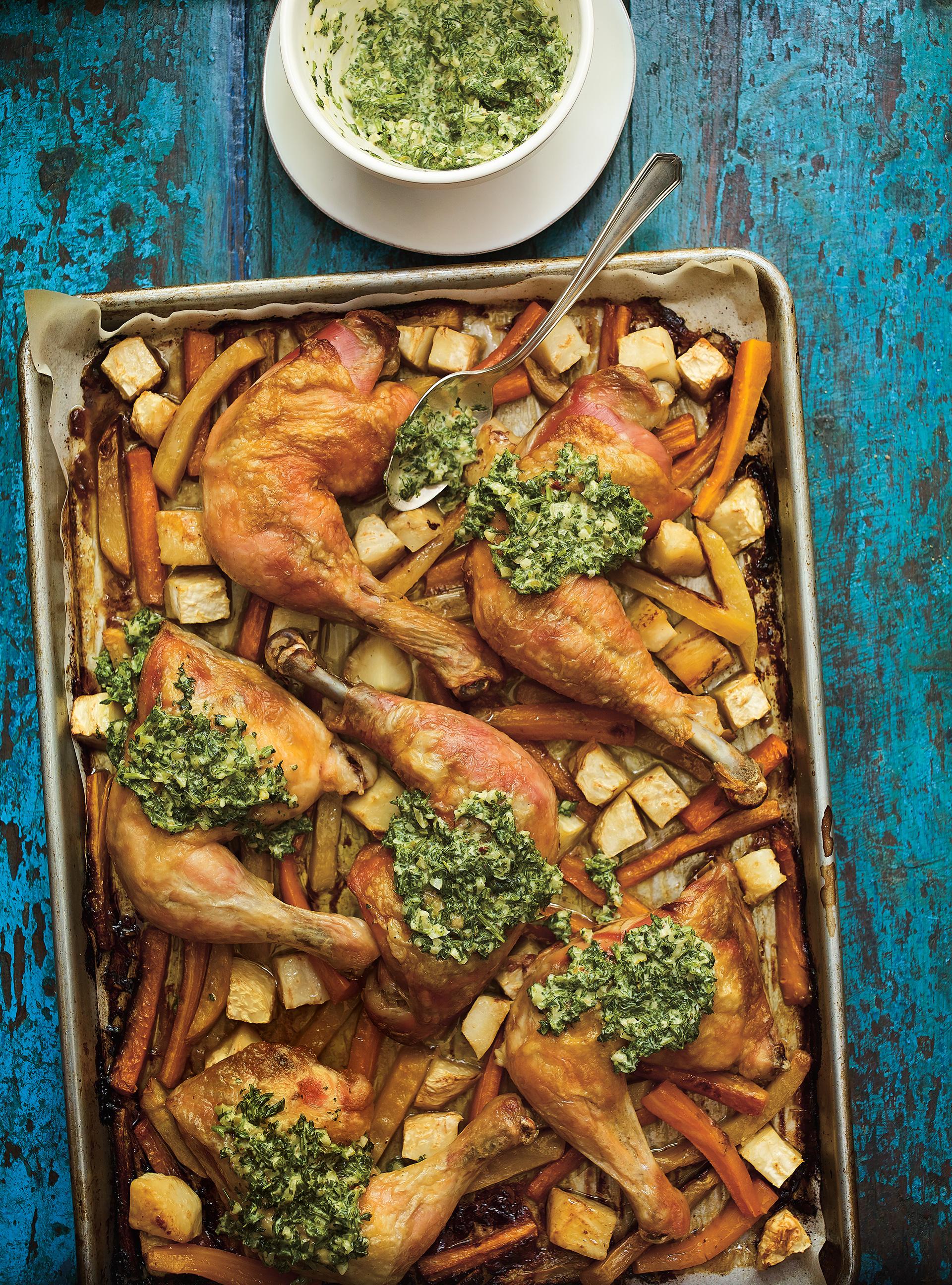 Cuisses de poulet au jus de cornichons et sauce aux herbes | ricardo
