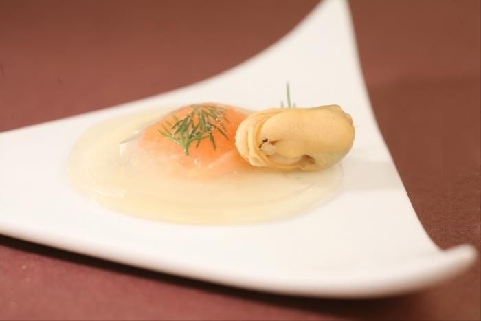 Recette de raviole fine en gelée de coquillages, saumon mi-cuit à l ...