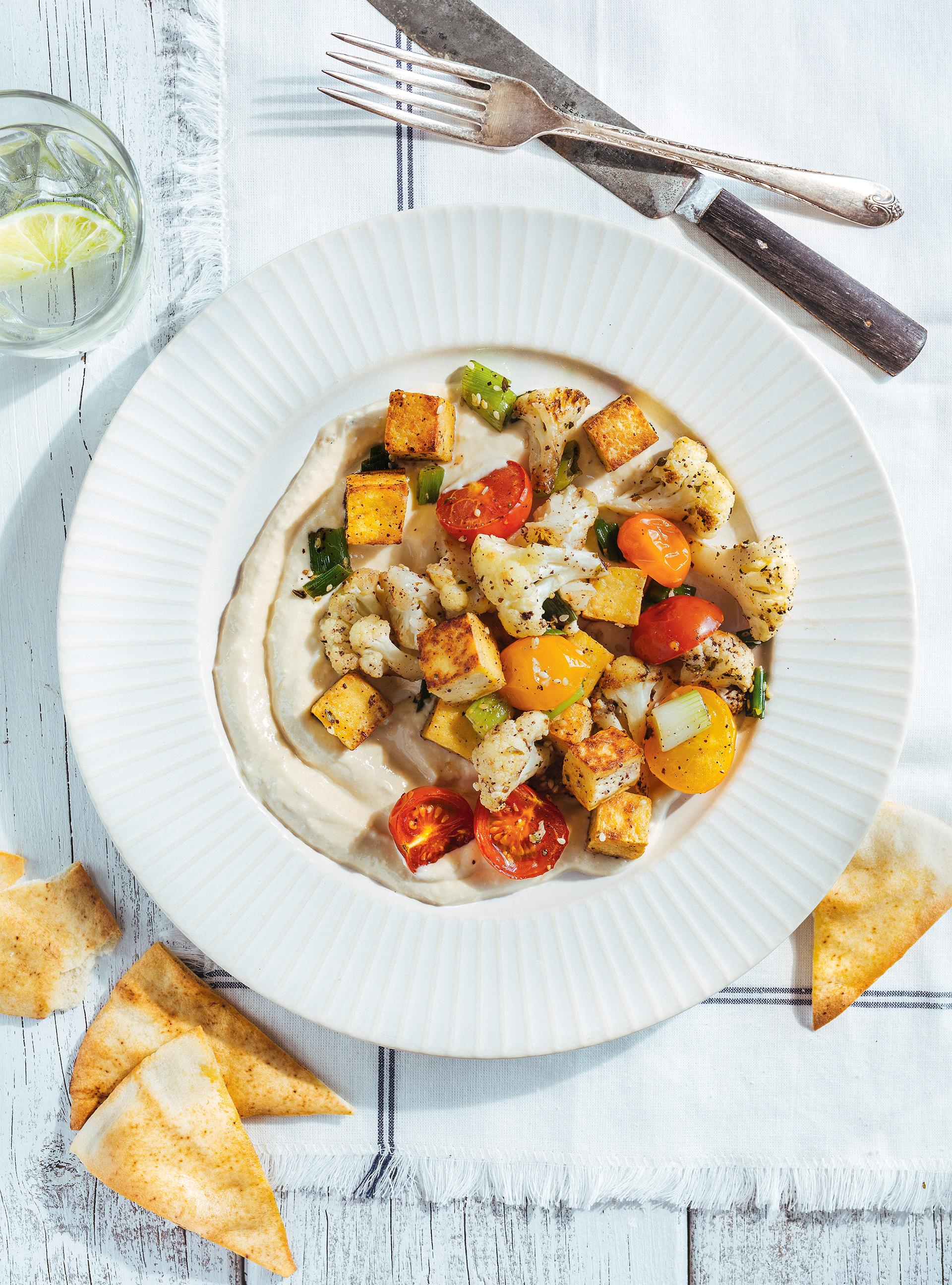 Sauté de tofu et de légumes sur hummus au yogourt | ricardo