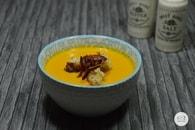Recette de velouté potimarron-carottes et chips de jambon ibérique
