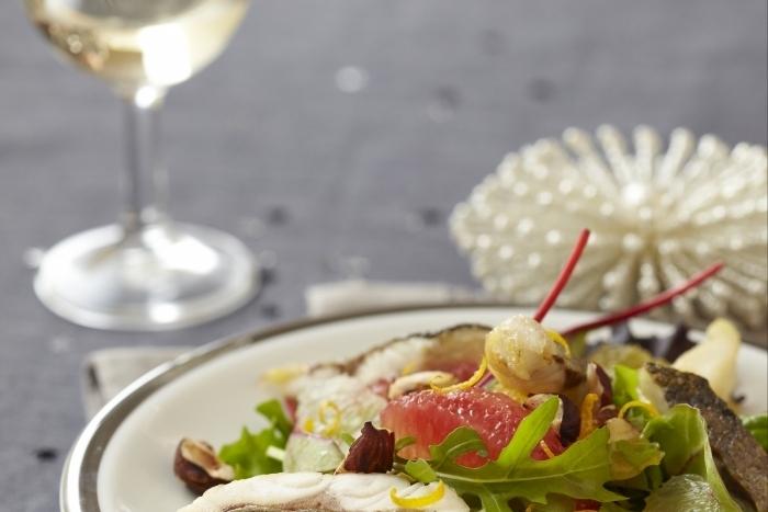 Recette de salade de bar tiède, agrumes et noisette facile et rapide