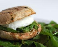 Recette hamburger à l'œuf poché et aux jeunes pousses d'épinard