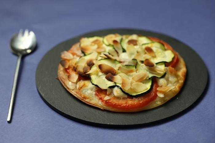 Recette de pizza courgettes, mozzarella et amandes facile et rapide