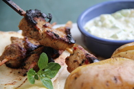 Recette de brochettes de porc souvlaki sauce tzatziki pommes de ...
