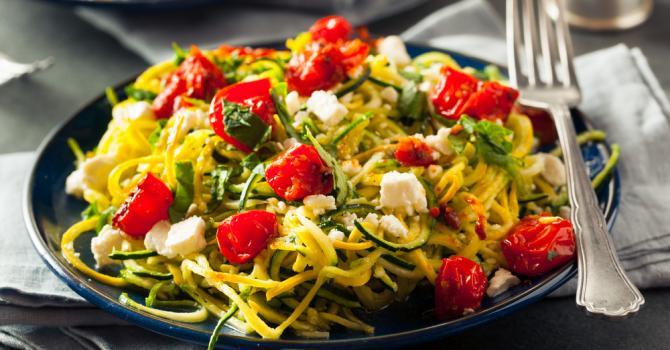 Recette de spaghettis de courgettes light au pesto, tomates et feta