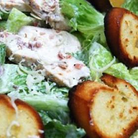 Salade césar au poulet grillé, croûtons ail et citron pour 4 personnes ...
