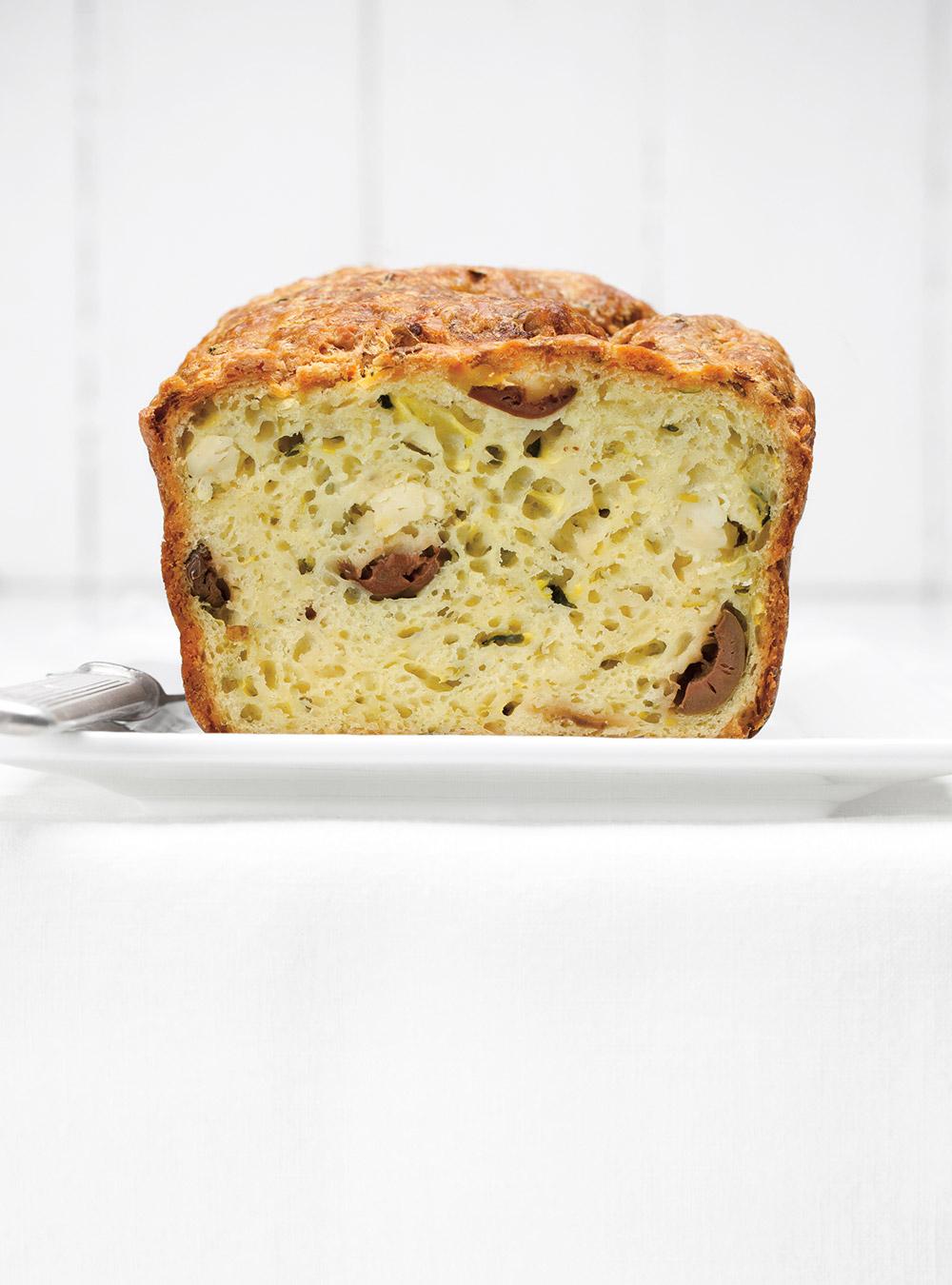 Recette de pain aux courgettes, à la feta et aux olives