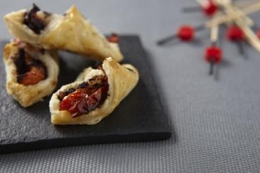 Recette de petits roulés feuilletés aux olives et aux tomates confites ...